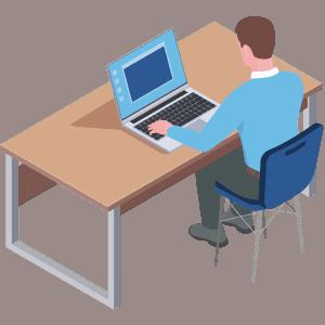 Mann sitzt am Schreibtisch vor dem PC